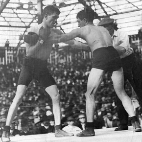 ?Kilbane holds off Abe Attell during their title fight in front of a crowd of 10,000 people in Vernon, Los Angeles.
